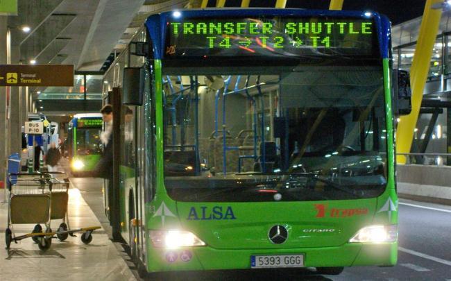 Между терминалами курсирует бесплатный автобус