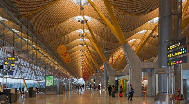 Волнообразная крыша - самая необычная деталь в аэропорту