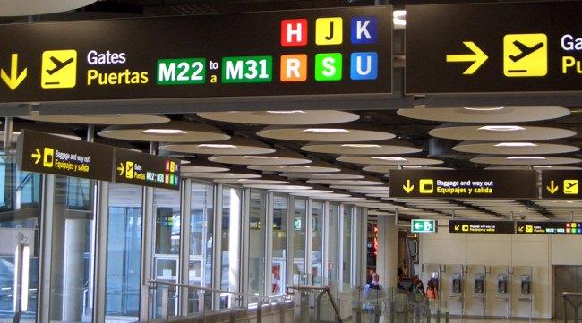 В аэропорту множество ярких и понятных указателей