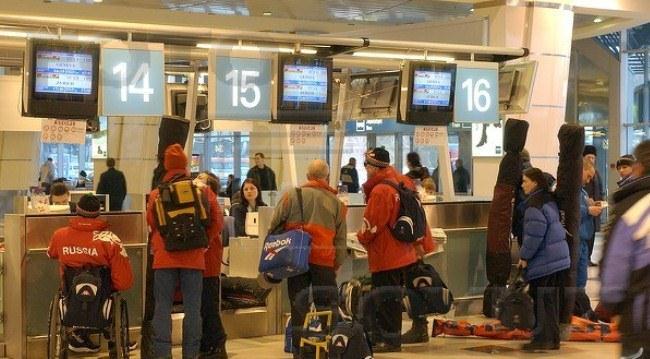 пассажиры в аэропорту Овда