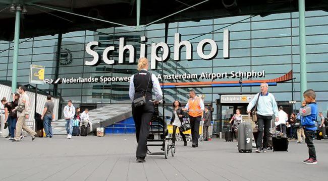У здания амстердамского аэропорта