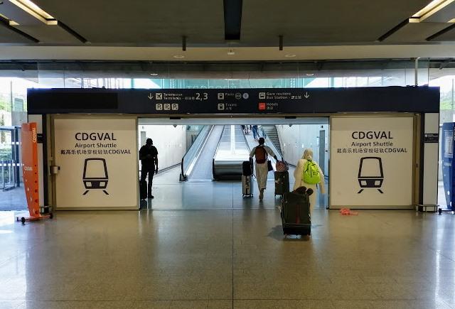 CDGVAL поезд в аэропорту Парижа