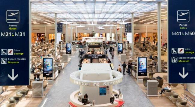 Внутри пассажирского терминала аэропорта Шарль-де-Голль