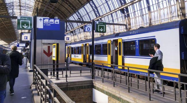 Поезд в аэропорту Амстердама