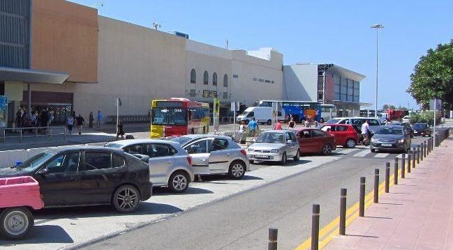 Стоянка автомобилей рядом с аэропортом