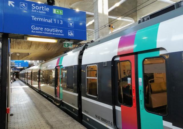 Пригородный поезд RER на станции Roissypole
