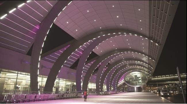 Вечерняя подсветка дубайского аэропорта