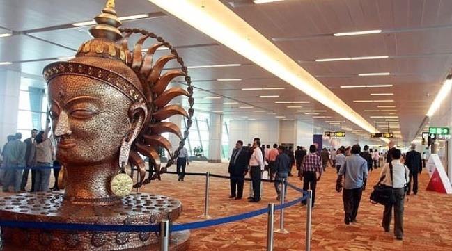 Статуя в аэропорту Дели