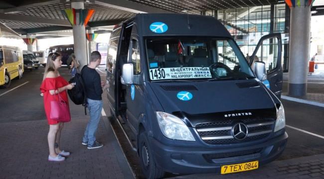 Остановка маршрутных такси в аэропорту Минска
