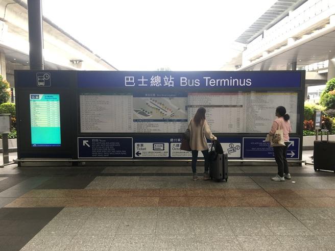 При входе на автостанцию установлен огромный стенд с информацией о маршрутах