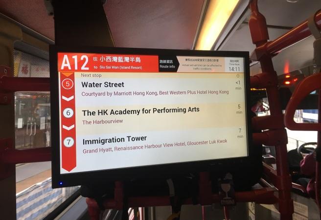 Внутри многих автобусов есть экраны, на которых отображаются остановки