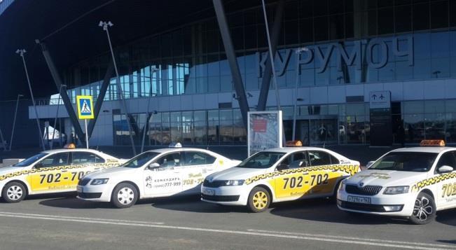 Такси в ожидании пассажиров в аэропорту Курумоч
