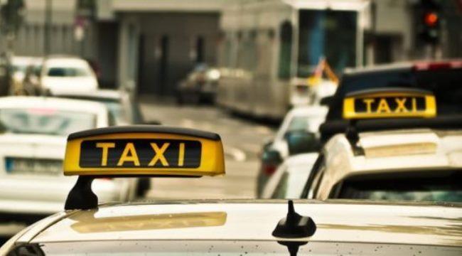 Такси можно найти у выхода из аэропорта или заказать заранее онлайн