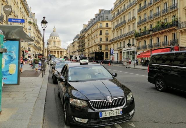Такси в Париже, стоянка у Пантеона