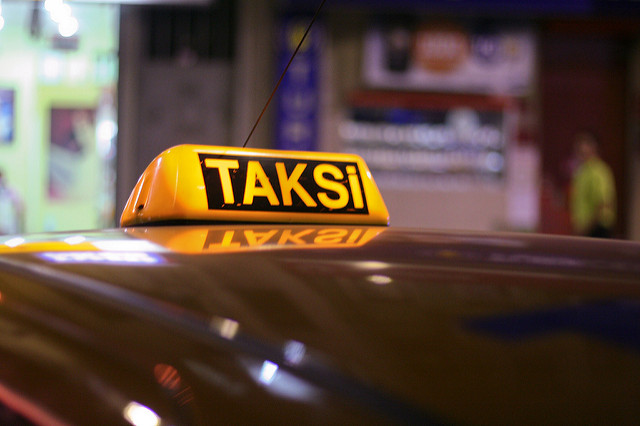 Такси в Стамбуле всегда легко узнать по соответствующей табличке