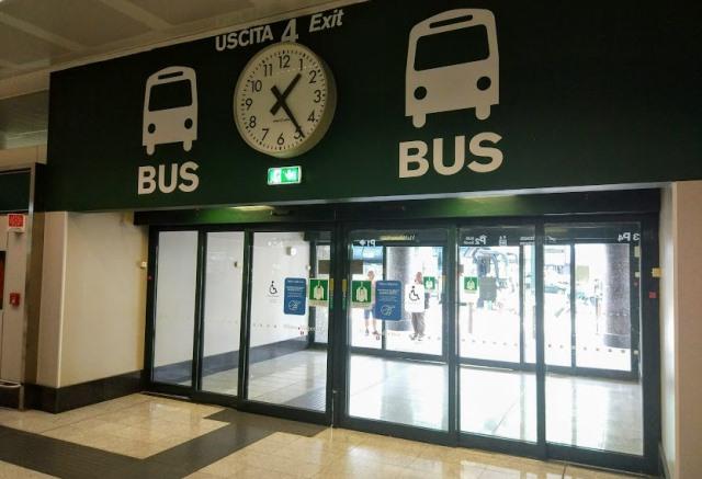 Выход к автобусам в аэропорту Мальпенса
