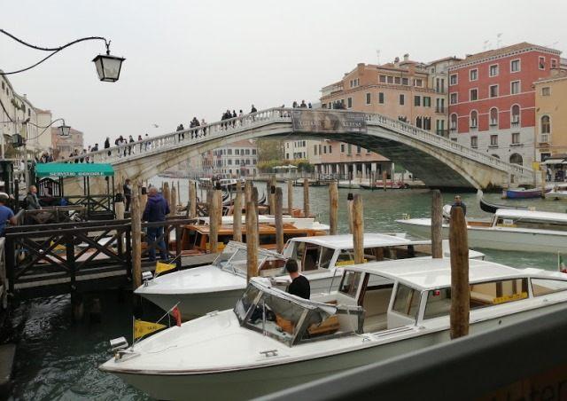 Такси в Венеции у моста Скальци