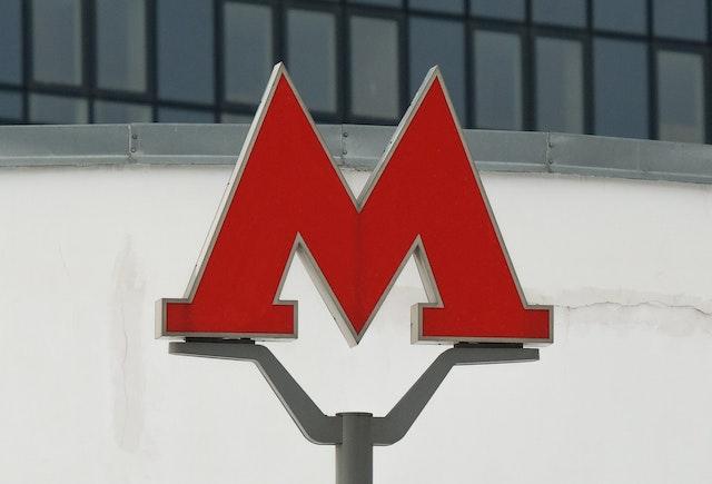 Знак метро в Москве